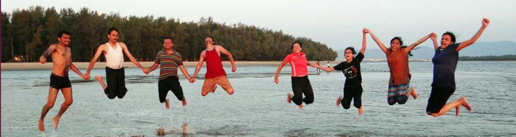 Jongeren springen uit water
